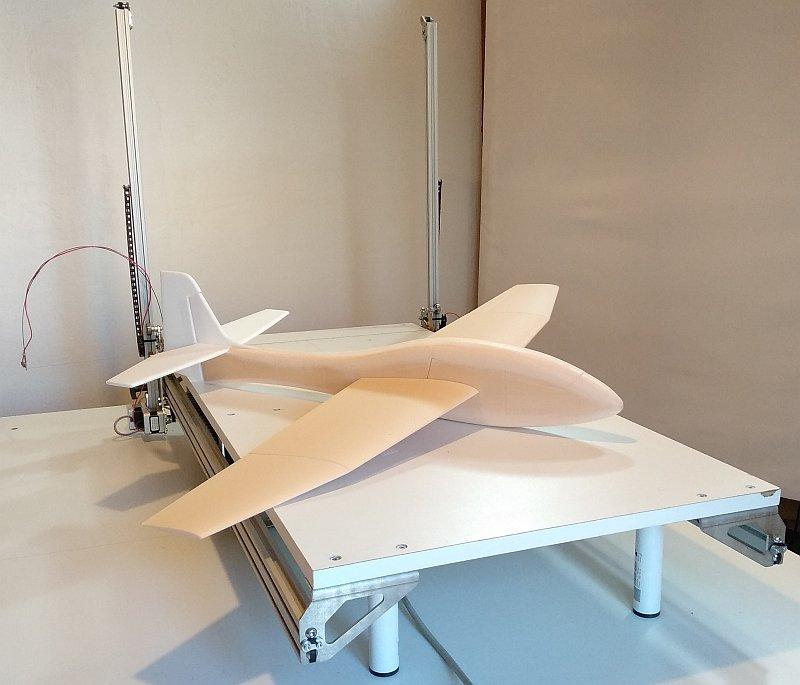 Le planeur posé sur la machine CNC de découpe au fil chaud MC4X